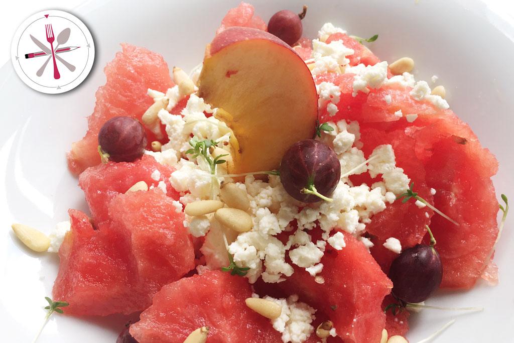 Wassermleonensalat mit Kresse, Pinienkernen und Stachelbeeren