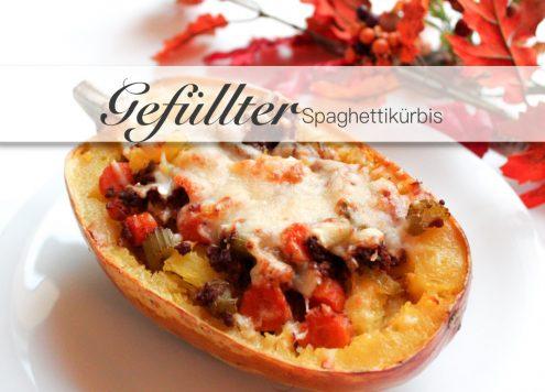Gefüllter Spaghettikürbis mit Bolognesesauce und überbackenem Käse.