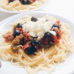 Tomatensauce freestyle mit Oliven und Kapern und Feta